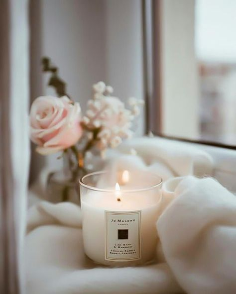 Aroma candle with a pink rose